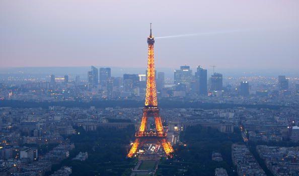 Der Eiffelturm, im Jahre 1889 errichtet, gilt als das Wahrzeichen von Paris. Hier in abendlicher Beleuchtung. (Mike Hewitt/Getty Images)