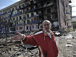 Ein Georgier vor dem zerstörten Wohnkomplex in Gori, in dem er eine Wohnung hatte. Laut Informationen des Internationalen Roten Kreuzes hat der Konflikt 40.000 Menschen aus ihren Wohnungen vertrieben. (AFP Photo/Dimitar Dilkoff)