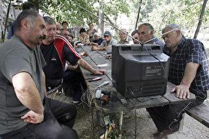 Bewohner der südpossetischen Stadt Tskhinvali verfolgen gespannt die Nachrichten. (AFP Photo/Dmitry Kostyukov)