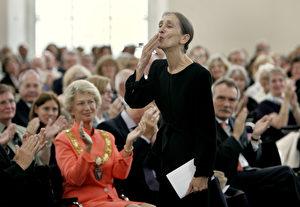 Pina Bausch bedankt sich mit Handkuss beim Publikum, nachdem sie mit dem Goethepreis ausgezeichnet wurde. (AP Photo/Michael Probst)