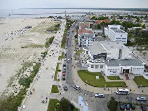 """Panoramablick vom """"Neptun"""" auf das """"Meer des Friedens"""" und die Warnemünder Strandpromenade. (Thilo Gehrke)"""