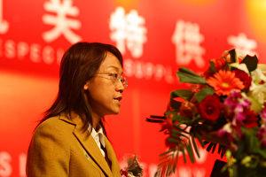 """Direktorin Zhu Yonglan bei der Zeremonie zur Verleihung der Zertifikate für """"Sonderlieferanten für die Zentralregierung in Peking"""". (Freies Internetfoto)"""