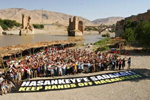 """""""Hände weg von Hasankeyf."""" 2007 organisierten die türkische Umweltorganisation Doga Dernegi und das Magazin Atlas eine Protestreise von Istanbul nach Hasankeyf. (Doga Dernegi)"""