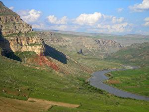 Intakte Natur und riesige Artenvielfalt. Hier der Botanfluss, der in den Tigris mündet und ebenfalls aufgestaut würde. (Ulrich Eichelmann)