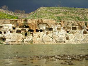 """Die Felsenhöhlen in Hasankeyf sind Jahrtausende alt. Noch in den 60er Jahren wurden sie von Einheimischen bewohnt. Der Damm würde einen Großteil dieses kulturellen Erbes unter Wasser setzen. 23 verschiedene Kulturen, beziehungsweise Völker, haben sich in Hasankeyf verewigt, angefangen von 5.000 bis 6.000 vor Christus. Würde man nur die Ruinen ausgraben, die im zukünftigen Stausee liegen, brauchte es 30 bis 40 Jahre intensiver Arbeit. (Ulrich Eichelmann) <div id=""""spendPopupBG"""" style=""""margin-bottom: 1rem;min-height:130px;background-color:#083f83;color:#FFF;padding:15px;align-items:center;""""><div style=""""display:table;text-align: center;font-family:lucida grande,tahoma,verdana,arial,sans-serif;line-height:2rem;color:#fff;margin:auto;font-size:20px;""""><div>Mögen Sie unsere Artikel?</div><div>Unterstützen Sie EPOCH TIMES</div><a href=""""https://www.epochtimes.de/spenden-und-unterstuetzen"""" style=""""color:#FFF;text-decoration:underline;"""">HIER SPENDEN</a></div></div> <div id=""""ad-rect-3"""" class=""""etd-ad""""></div>"""