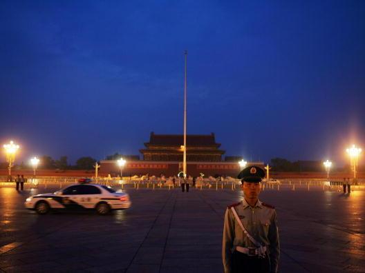 Shenzhou 7 fliegt ins All – die rote Flagge fällt auf den Boden