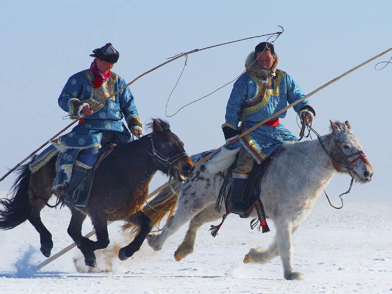 Bogenschützen auf Pferderücken in der Prärie