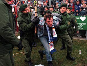 Polizeieinsatz im Stadion. (Gunnar Berning/Bongarts/Getty Images)