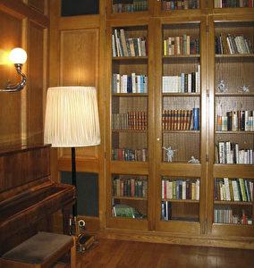 Die anheimelnde Bibliothek des Hotel Elephant, auf dessen Balkon Hitler einst Reden hielt, ist ganz im Bauhaus-Stil gestaltet. (Joachim Frank)