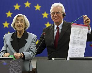 Elena Bonner, Witwe von Andrei Sacharow, dem bekannten Dissidenten in der Sowjetunion, und Europaparlamentspräsident Hans-Gert Pöttering, halten eine Liste von politischen Dissidenten während der Feier zum Sacharowpreis 2008 im EU-Parlament in Straßburg. (AP Photo/Christian Lutz)