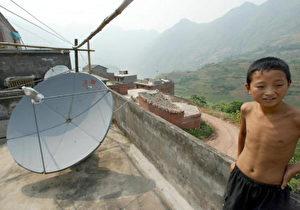Wichtige Nachrichtenquelle für die Bevölkerung: Auf dem Land können viele Programme nur über Satellit empfangen werden. (Goh Chai Hin/AFP/Getty Images)