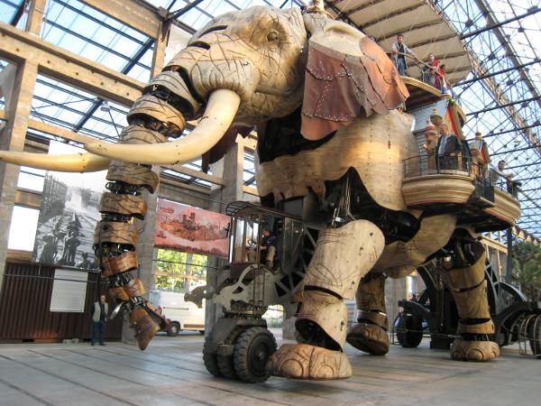 Faszinierend: der zwölf Meter hohe Elefant, der bis zu 45 Passagiere tragen kann. (Elke Backert)