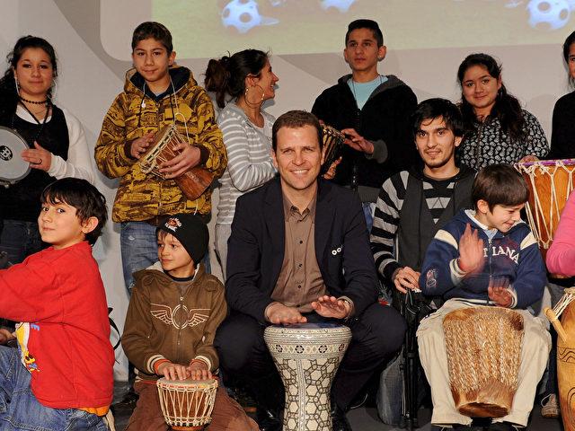 Oliver Bierhoff mit der Trommlergruppe Tamba bo bei der Überreichung des Integrationspreises. (Markus Gilliar via Getty Images)