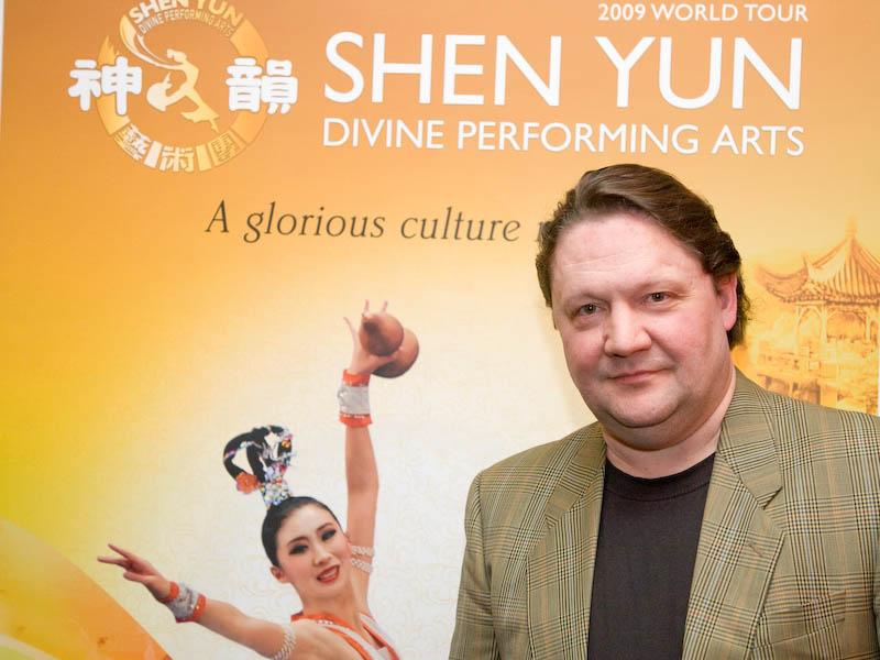 Chef einer Opernsängeragentur bei Shen Yun