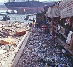 Indiens Wirtschaft wächst auf Kosten der Armen, Leben im Abfall auf der Arbeitsstelle. (Thilo Gehrke)