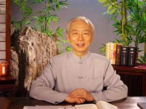 """Zur Person: Der taiwanesische Arzt Hu Naiwen begann seine Laufbahn in der westlichen Medizin. Er gehört zu den Spitzenärzten Taiwans. Nach über zehnjähriger Forschung in der westlichen Medizin beschloss er vor 20 Jahren, sich der chinesischen Medizin zuzuwenden. Ihm gelang es als einem von wenigen Ärzten auf der Welt, den schwarzen Hautkrebs mittels seiner Kenntnisse aus der chinesischen Medizin zu behandeln. Außerdem fand er im """"Huangdi Neijing"""", einer uralten chinesischen Schrift über innere Medizin, Aufzeichnungen zur Bekämpfung von SARS. Seine Erfolge in der Medizin verdankt er dem intensiven Studium der traditionellen chinesischen Medizin. (DJY)"""
