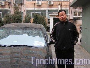 Am 17. Januar 2006 wurde Gao bei einem Verkehrsunfall fast getötet. Man vermutet, dass die Planungen dafür in Peking erfolgt waren. Auf dem Foto steht Gao neben einem Polizeiauto, das vor seiner Wohnung parkt. (The Epoch Times)