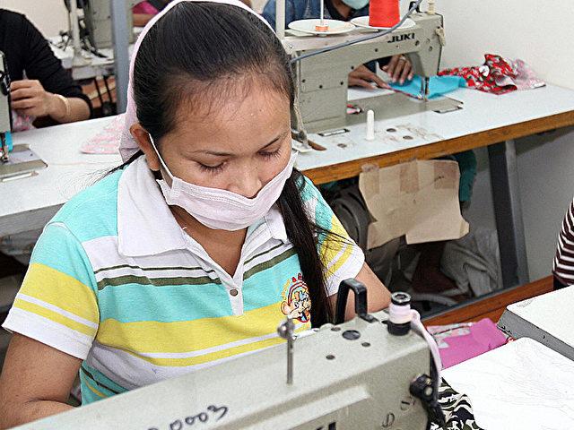 """Eine Fabrikarbeiterin in einem """"Sweatshop"""", einem Ausbeutungsbetrieb, in Kambodscha. (Tang Chhin Sothy/Getty images)"""