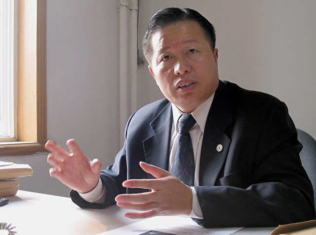 Gao Zhisheng bei einem Interview in seinem Büro in Peking am 2. November 2005.  (Verna Yu/AFP/Getty Images)