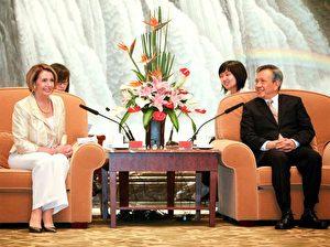 """Die Sprecherin des US-Repräsentantenhauses, Nancy Pelosi, trifft sich mit dem Vorsitzenden des Volkskongresses der Stadt Schanghai, Liu Yungeng.  (Qilai  Shen/ Getty Images) <div id=""""ad-rect-2"""" class=""""etd-ad""""></div>"""