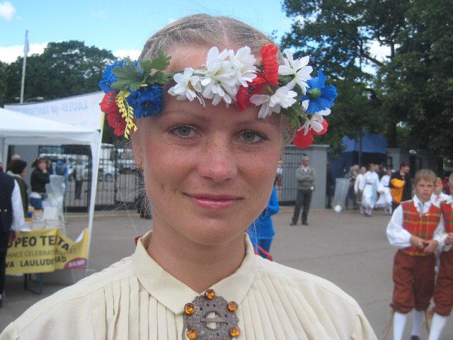 """Mit Blumenhaarkranz und Tracht geht es zum """"Sänger- und Tanzfest"""" in Tallinn. (Elke Backert)"""