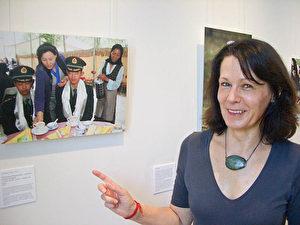 """Elke Hessel, die Kuratorin der Ausstellung, wissenschaftliche Mitarbeiterin im Tibethaus Deutschland e.V. Sie hat ihre langjährigen, engen Kontakte zu den Künstlern genutzt und diese zu den Fotos der Ausstellung animiert. (Monika Weiß/The Epoch Times) <div id=""""ad-rect-2"""" class=""""etd-ad""""></div>"""
