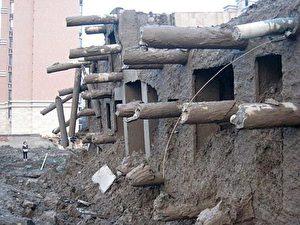 Keine verlässlichen Stützen, die aus dem Fundament des eingestürzten Gebäudes herausragen. (Internet Foto)