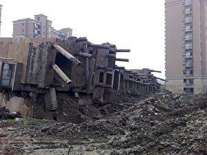 Die tragenden Pfeiler verbogen sich oder brachen, als das Gebäude fiel. (Internet Foto)