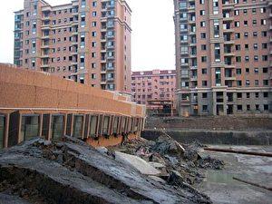 Das Gebäude fiel einfach um und hinterließ eine Lücke zwischen den umgebenden identischen Bauten. (Internet Foto)