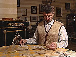 Kirill Novosselski betrachtet alte Familienpostkarten.  (Zur Verfügung gestellt von Kirill Novosselski)