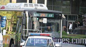 Die Polizei schafft einige Demonstranten im Bus fort. (Foto eines Augenzeugen)