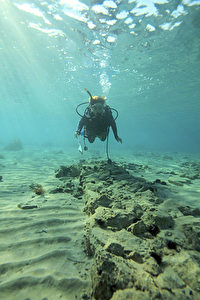 Ein Taucher schwebt über den neu entdeckten Mauern von Pavlopetri.