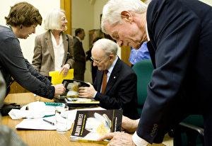 """Am 17. November fand die Buchvorstellung von """"Bloody Harvest"""" statt durch """"Kanadas Parlamentarische Freunde von Falun Gong"""" auf dem Parlamentshügel, Ottawa. Vorne rechts David Kilgour, dahinter David Matas (sitzend)."""