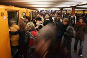 Rush-Hour bei der Berliner U-Bahn.