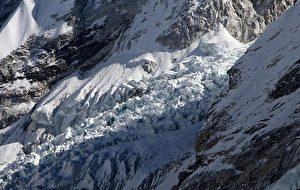 Nicht bedroht? Dieses Foto vom 4. Dezember 2009 zeigt den Khumbu-Gletscher, einen der längsten der Welt, in der Everest-Khumbu-Region, etwa 140 Kilometer nordöstlich von Kathmandu. Der Weltklimarat hat die Behauptung zurückgezogen, die Gletscher des Himalaya würden schnell schmelzen.