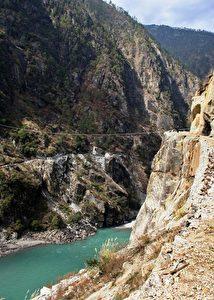 Am Nujiang Fluss in Songta in Chinas südwestlicher Provinz Yunnan. Der Fluss heißt in Burma Thanlwin und kommt von den Schneebergen Tibets als Wildwasser durch die terrassierten Canyons im Südwesten Chinas bis nach Burma und mündet im Andamanischen Meer.