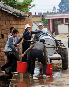 Dorfbewohner erhalten eine Wasserzuteilung in Qujing, in Chinas südwestlicher Provinz Yunnan.