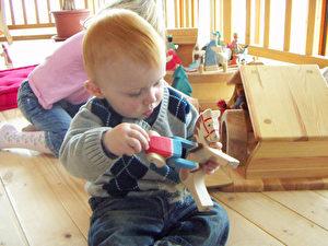 Früh übt sich auch Jamie am liebsten spielend. Foto und Spielzeug www.ostheimer.de