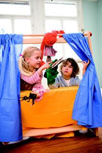 Der Kasper und das böse Krokodil in Kinderhänden. Foto und Spielzeug www.ostheimer.de