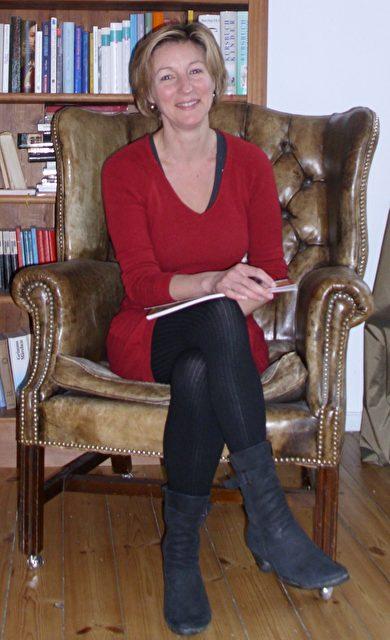 Gabriele Jehn ist Historikerin und arbeitete nach ihrem Studium als Organisatorin für verschiedene kulturelle Institutionen, unter anderem war sie PR-Referentin am Museum of Modern Art in New York. Gabriela Jehn lebt seit 1997 wieder in Berlin und hat ein Kind. Sie arbeitet freiberuflich seit 2003 für www.spielundzukunft.de.