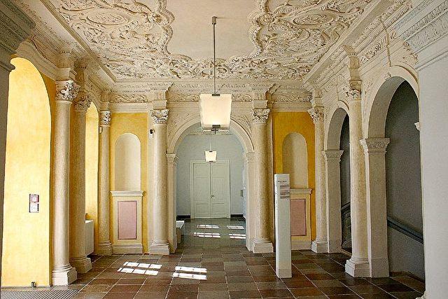 Eingangsvestibül mit Plafond-Stuckaturen von Giovanni Simonetti um 1688/90.