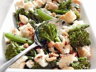 Gebackener Brokkoli mit Ziegenkäse und Erdnüssen