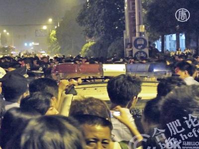 Massenprotest in China – Chinesischer Beamter verletzt Schuljungen mit dem Auto