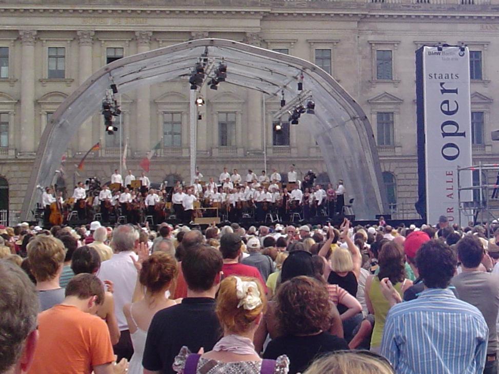 Tausende feierten Konzert unter Leitung von Daniel Barenboim in Berlin