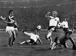 Die Sensation ist perfekt. Berti Vogts und Torhüter Sepp Maier können es nicht verhindern: Jürgen Sparwasser (li.) schießt in der 77. Minute das 1:0. Die Mannschaft der DDR schlägt Favorit Deutschland im historisch einzigen deutsch-deutschen WM-Spiel am 22. Juni 1974 im Hamburger Volksparkstadion vor 60.000 Zuschauern.