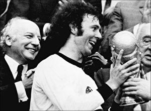 Wer zuletzt lacht... Die Niederlage gegen die DDR öffnete den Weg: Deutschland wird 1974 Weltmeister. Pokalübergabe im Münchner Olympiastadion an Mannschaftskapitän Franz Beckenbauer, Bundespräsident Walter Scheel (l.) freut sich.