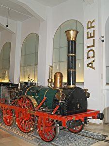"""Die Lokomotive """"Adler"""" steht als Nachbildung im DB-Museum in Nürnberg. Am 7. Dezember 1835 fuhr sie von Nürnberg nach Fürth mit Tempo 35 und 200 Fahrgästen."""