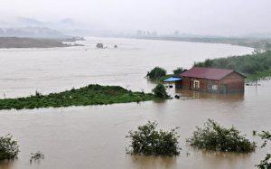 Ein Haus in Jiujiang und Jinde versinkt in den Fluten nach ununterbrochenen heftigen Regenfällen in Chinas östlicher Provinz Jiangxi.