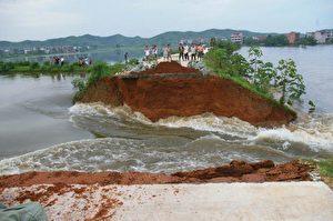 Schwere Überflutungen im unteren Bereich des Jangtse im Landkreis Poyang in der östlichen Provinz Jiangxi in China brachten am 16. Juli  eine Landstraße zum Einsturz.