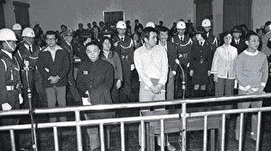 Shi Ming De (in der Mitte) wurde der Prozess gemacht. Seine Strafe lautete lebenslänglich. Chen Chu (die Frau links) wurde zu zwanzig Jahren verurteilt und ist jetzt Bürgermeisterin der Stadt Gao Shun in Taiwan. Niu Shiu Lian (rechts) wurde damals auch verurteilt und wurde zur ehemaligen Vizepräsidentin.